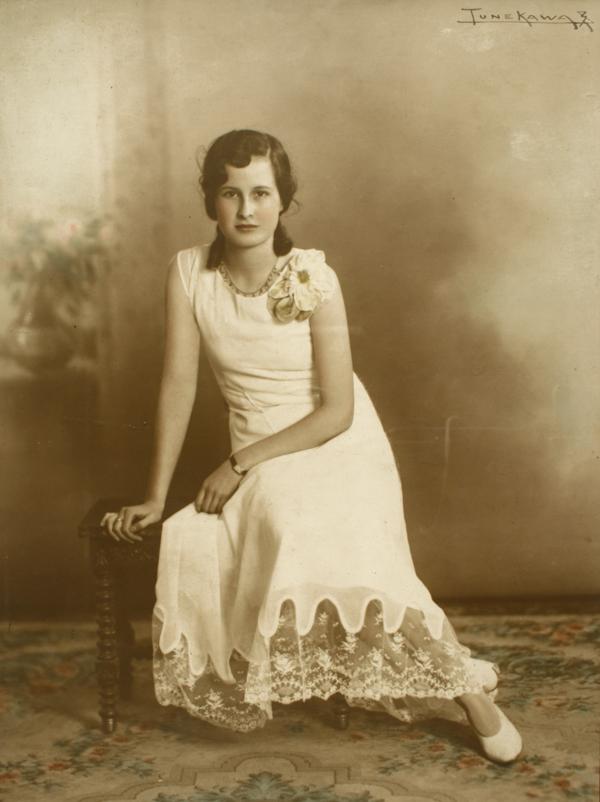 Adolescente de vestido blanco largo adornado con broder - Cubre piso alfombra ...